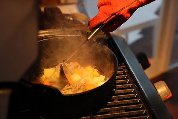 ダッチオーブンは高温になるので、調理時にはグローブを着用しましょう。