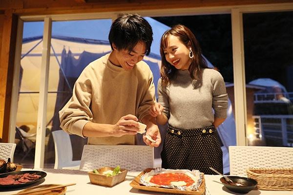 「トマトソースは私が」「じゃあ、盛り付けは僕が!」と調理が進むごとにふたりの親密度もアップ♪