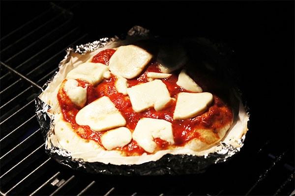 生地が膨らんで、チーズがとろ~り溶けたらマルゲリータピザのできあがり!