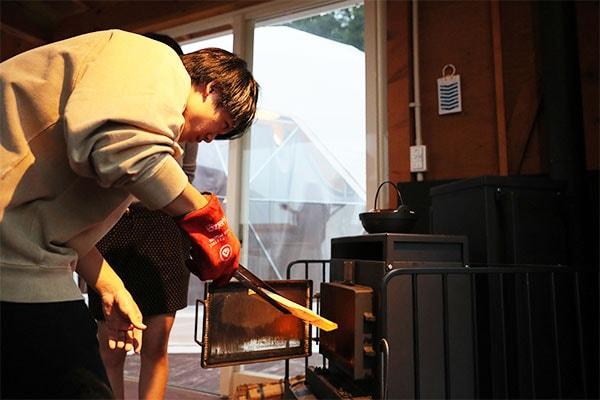 こまめにストーブ内をチェックして、薪を追加しておくと燃焼温度を維持できます。