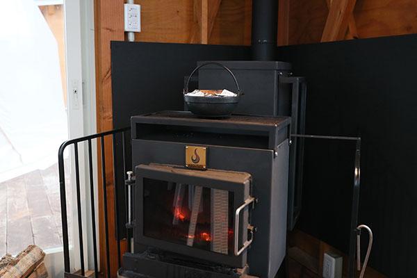 薪ストーブの上に置いたお鍋からごはんの炊けるおいしそうな香りが漂ってきます。