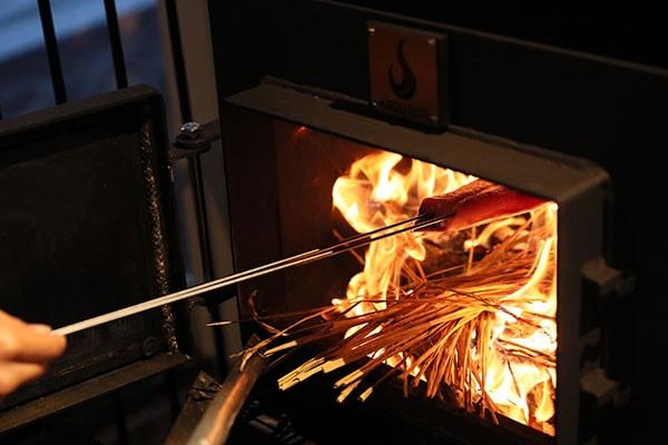 両面に焼き色がつくよう、裏表をサッと炙るのがおいしく仕上げるコツ。