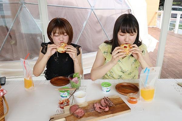 「いただきまーす!」ジューシーなローストビーフと、フレッシュな野菜が美味しい!