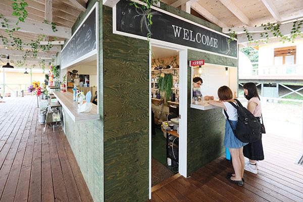 フロント横には、ドリンク類や軽食を販売するBarカウンターがあります