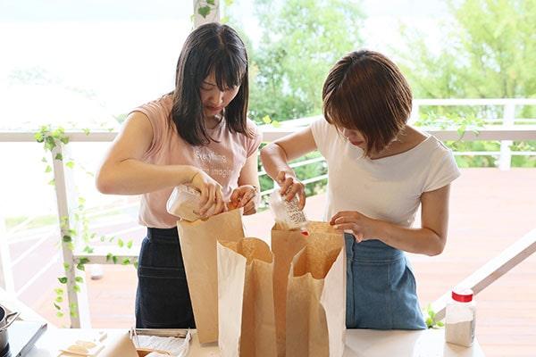 揚げたてのポテトチップスを袋に入れて、お好みのフレーバーをふりかけてシャカシャカすれば完成。