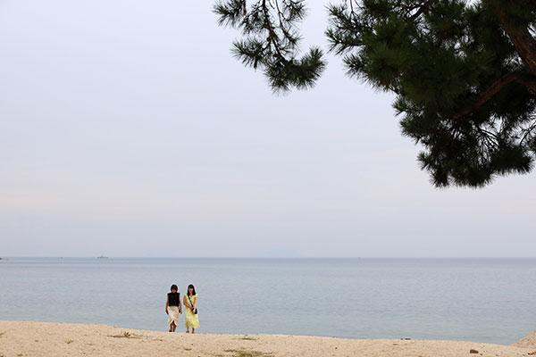 マリーナの横は一面、白い砂浜。海水の透明度がとても高く、小魚が見えるほど。「水着を持ってきたらよかったな」とちょっぴり後悔。