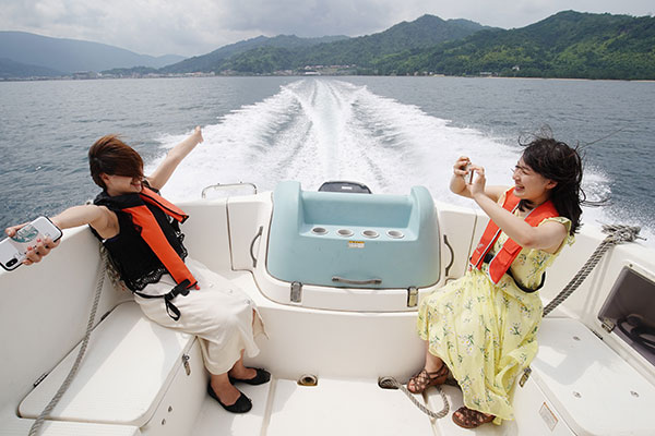 インスタ映えショットを狙うも、船のスピードが早くて変顔写真ばかり撮れちゃう。