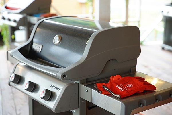 レンタル有料(お食事付きプランの場合は無料)の『WEBER』社のBBQグリルはガス式なので面倒な火おこしは一切不要。説明書もあるので、BBQ初心者でもすぐに使えます。