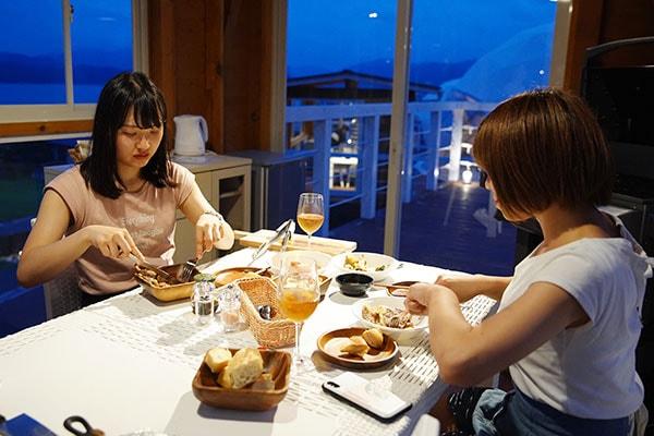 星空の下での優雅な夕食TIMEは、クラシック音楽を聴きながらいただきたいと思うほど。BBQコーナーからはもちろん宮津湾が一望できます。