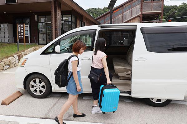送迎車にはスーツケースも積めるので、大荷物でも安心