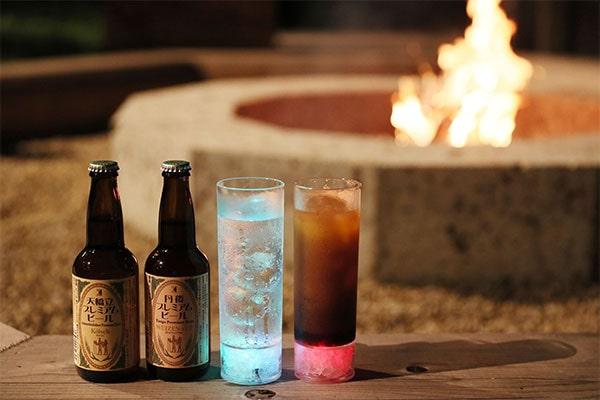 バーカウンター『焚火Bar』で、ソフトドリンク、アルコール、軽食が提供(有料)されるので、火を囲みながら、ゆったりとした時間を過ごしましょう。
