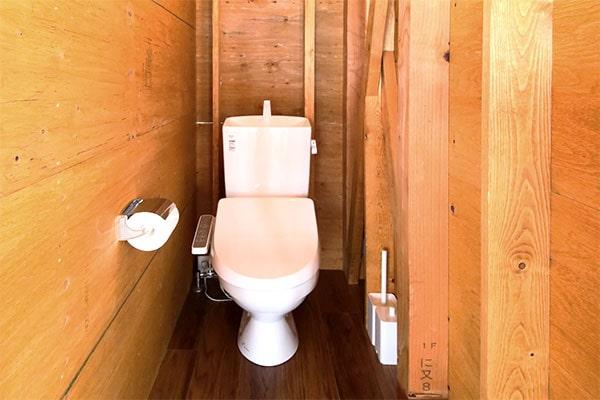 個別の温水洗浄機付トイレ