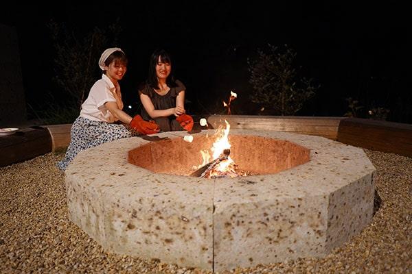 管理棟のある場所で、18:00から21:00までキャンプファイヤーが楽しめます。無料のマシュマロを焼いて食べましょう!